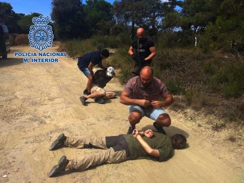 De beelden van de arrestatie van Jos Brech (voorgrond), met de eigenaar van het huis daarachter
