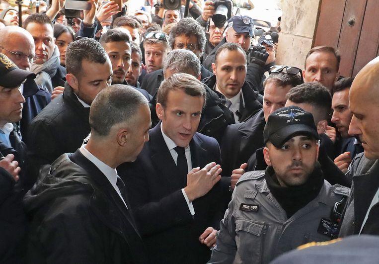 Frans President Emmanuel Macron eist dat de Israëlische politie de Sint-Annakerk in Jerusalem verlaten Beeld AFP