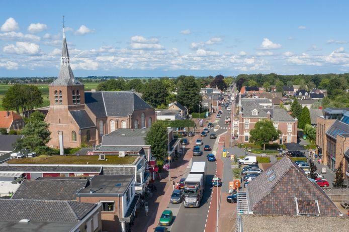 De Zuiderzeestraatweg splitst het hart van Oldebroek in twee delen.