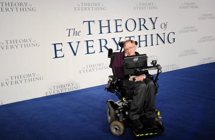 Stephen Hawking in zijn rolstoel die is geveild voor 340.000 euro.