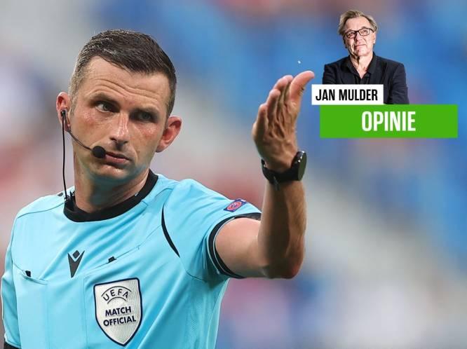 Jan Mulder wil bij een corner graag tien penalty's zien en vraagt zich af waar de Belgische arbiters op het EK zijn