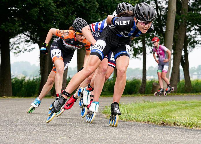 Brakel Inline-skate marathon  Foto; Elsemieke van Maaren ( 129 ) op kop!