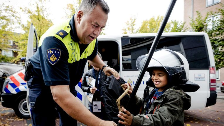 Kinderen nemen deel aan een speciale kinder-persconferentie in het kader van de Week van de Veiligheid. Beeld anp