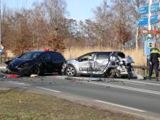 Weg vol brokstukken na heftig ongeluk in Laag-Soeren:  vrouw met spoed naar het ziekenhuis