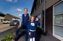Fred de Werk en zijn kleindochter Ilze. Zij kwam in 2017 met haar vinger klem te zitten tussen de autoruit en raakte daarbij het topje van haar vinger kwijt.