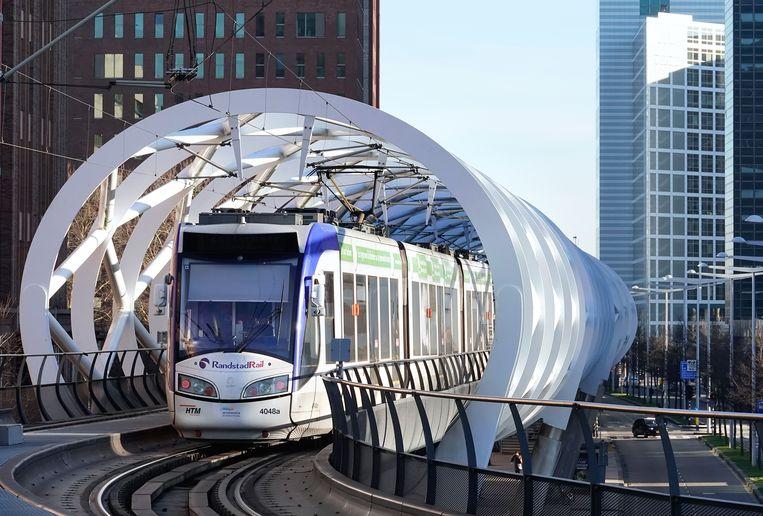 Een tram rijdt over het spoor van de Randstadrail in Den Haag. Beeld Hollandse Hoogte / Berlinda van Dam