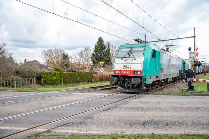 Goederentrein bij de spoorwegovergang op de Willem Dreesweg in Tolberg.