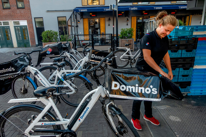 """Bij Domino's aan de Paleisring staan zeven fietsen. ,,Het gaat ten koste van de toegankelijkheid van de stad, de verkeersveiligheid en de uitstraling van het centrum"""", aldus een woordvoerder van de gemeente."""