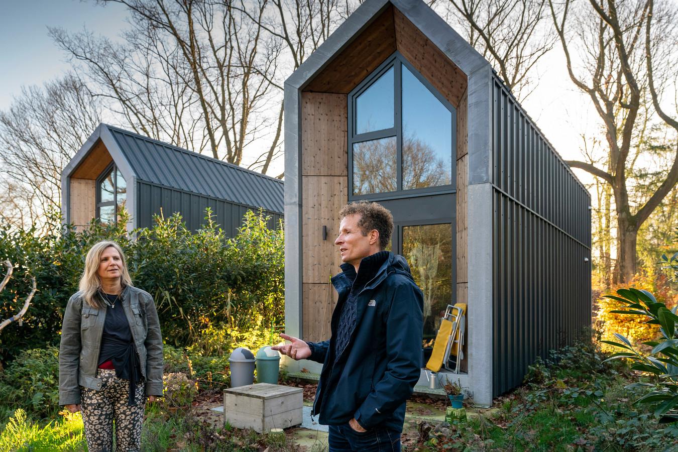 Stijn van Kreij van Butterfly Effect voor de tiny houses op De Binckhorst in Rosmalen. Links huurster Ingrid van Bergen.