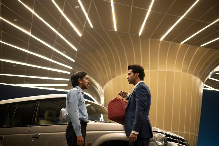 Adarsh Gourav (Balram) en Rajkummar Rao (Ashok) in 'The White Tiger'. Beeld TEJINDER SINGH/NETFLIX