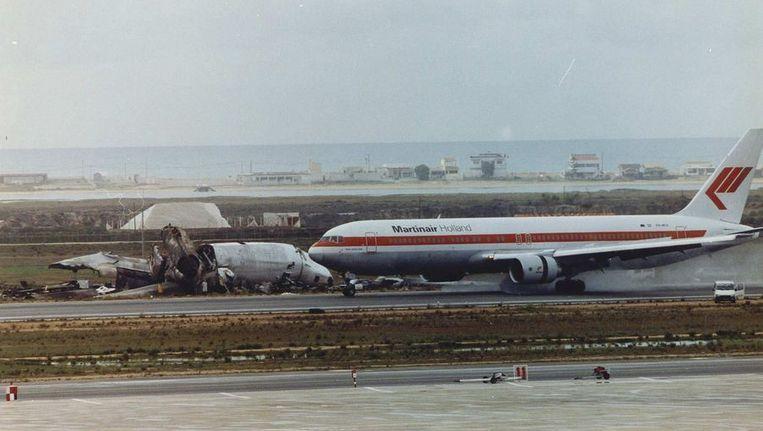 Een toestel van Martinair passeert daags na de ramp in Faro het wrak van het verongelukte toestel. Beeld anp