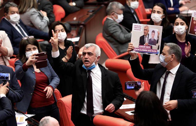 Omer Faruk Gergerlioglu nadat hem woensdag zijn zetel in het parlement was ontnomen. Beeld AP