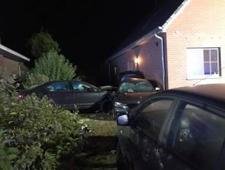 Slaperige chauffeur ramt twee auto's en gevel van woning
