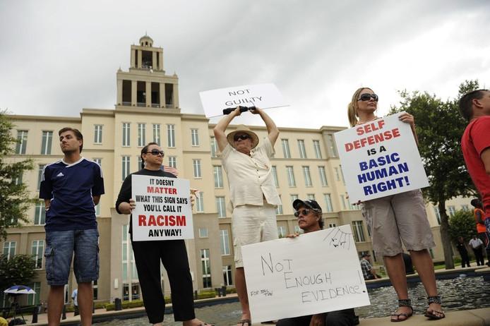 Medestanders van buurtwacht George Zimmerman zaterdag voor de rechtbank.
