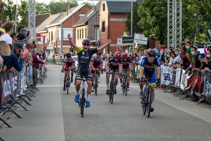 Mathis Avondts juicht om zijn eerste zege. In een sprint met zes klopte hij in Westerlo-Voortkapel Zeno Moonen.