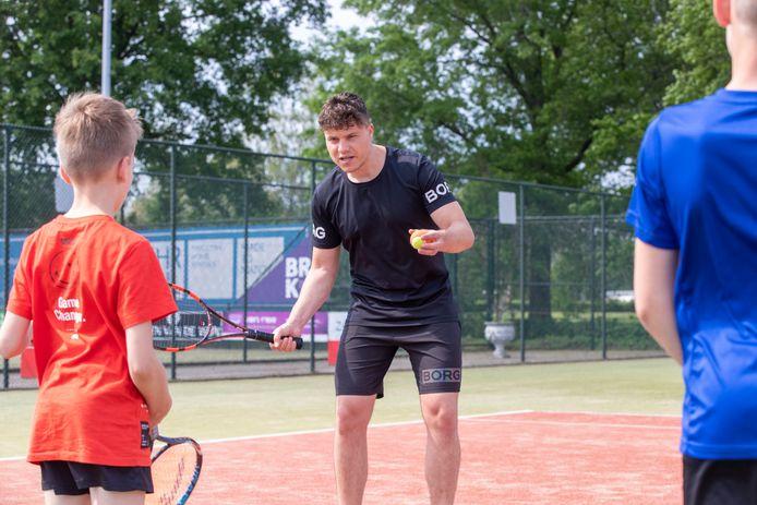 t.b.v. de Gelderlander DGFOTO / de Vallei   Veenendaal 03/06/2021 Floris Jan Boers geeft tennisles aan jeugd bij TV Spitsbergen, Floris Jan Boers heeft vroeger met prof speler Botic van de Zandschulp gespeeld, wiens tenniscarriere ook bij TV Spitsbergen is begonnen  opdrachtnr. foto: Herman Stöver HS t.b.v. de Gelderlander DGFOTO de Vallei