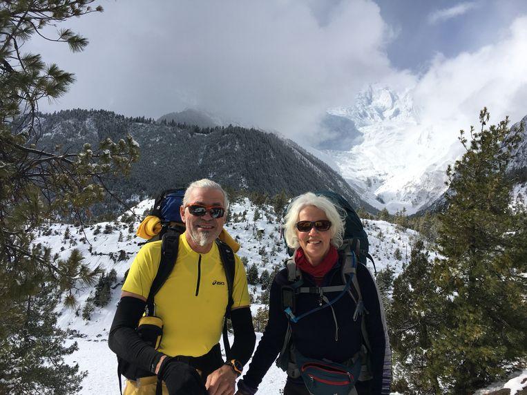 Henk den Os met zijn vrouw Hannah tijdens een reis naar Nepal in 2017. Beeld
