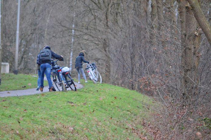 Fietsers bij Stappegoor in Tilburg moeten afstappen om de storm.