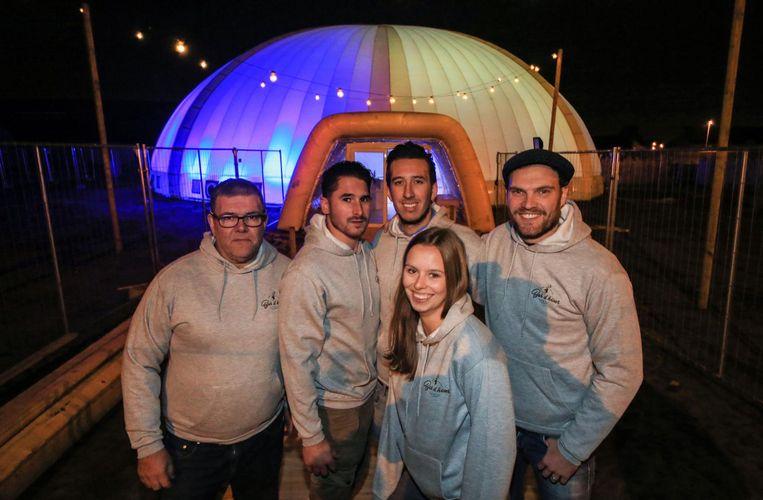 De organisatoren van Bar D' hiver bij de gigantische iglo.