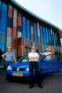 De nieuw sociale vervoersdienst AutoMobiel. Op de foto Gert Mulder (midden), Ton van den Berg (links) en de eigenaar van de auto Henk Diekmann.