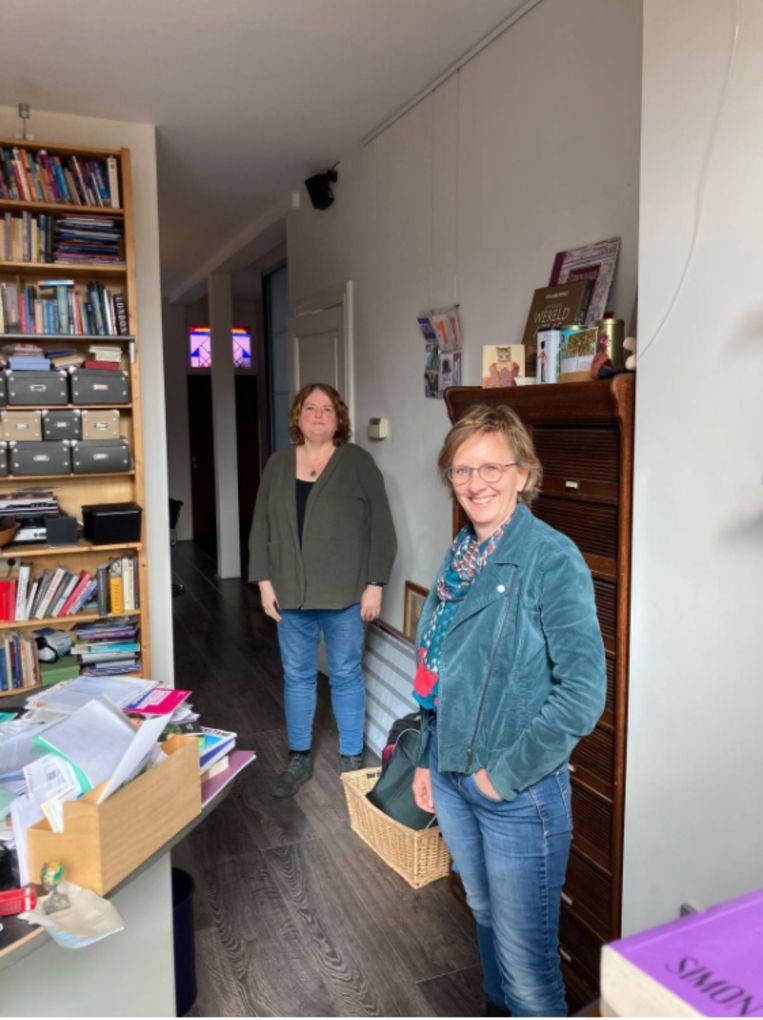 Renée Broekmeulen (links) en Carola Schoor geven advies. Beeld Ariejan Korteweg