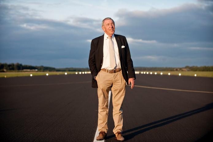 Dik Wessels op de start en landingsbaan van Twente Airport.