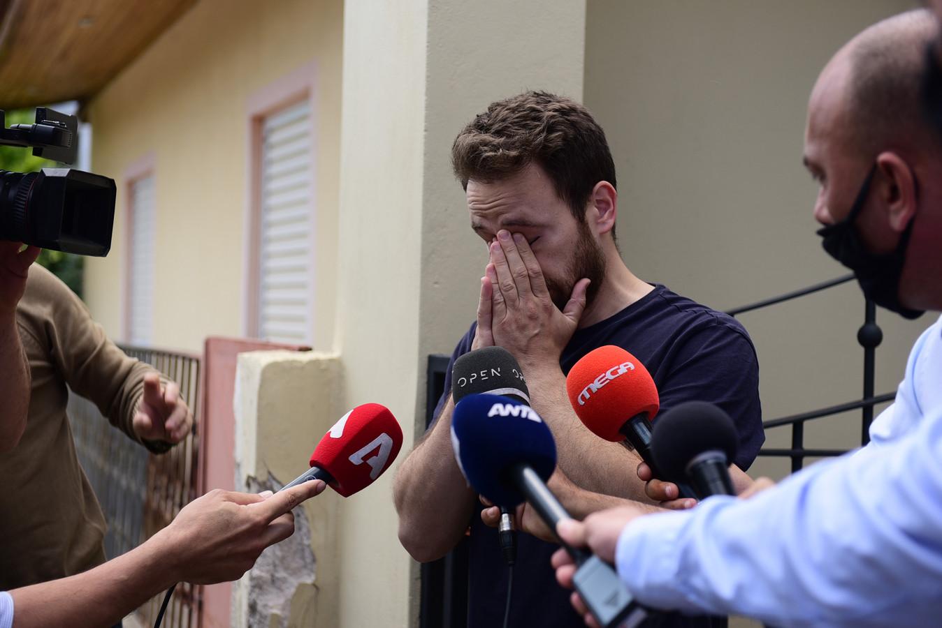 Babis Anagnostopoulos bij een interview met de media na de moord op zijn echtgenoot Caroline Crouch. Hij is nu zelf gearresteerd voor de moord op zijn vrouw.