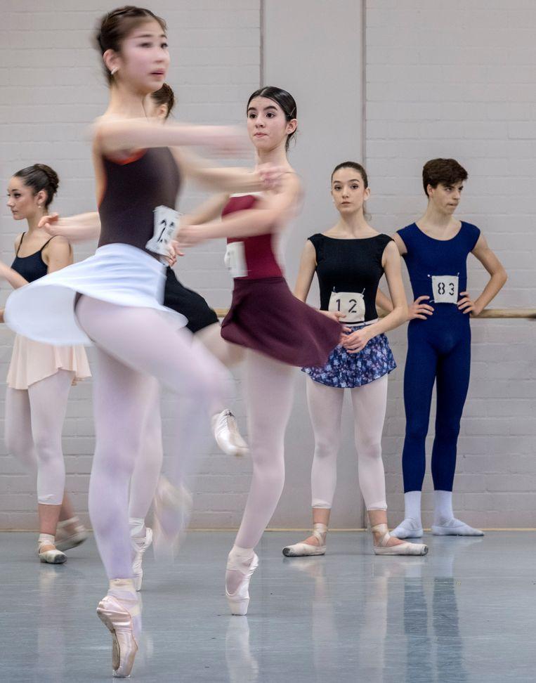 De jonge dansers proberen de zenuwen de baas te blijven. Beeld Patrick Post