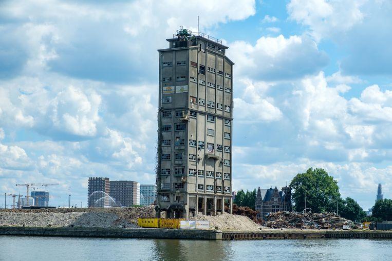 Ontploffing van de oude graansilo in de haven van Antwerpen. Beeld Benoit De Freine