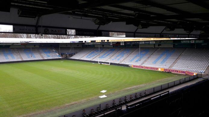 Losgeraakte reclameborden waaien rond in stadion de Vijverberg.