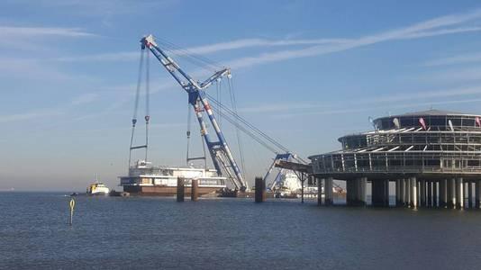 Sloopbedrijf Kruiswijk maakte het eiland gereed voor transport.
