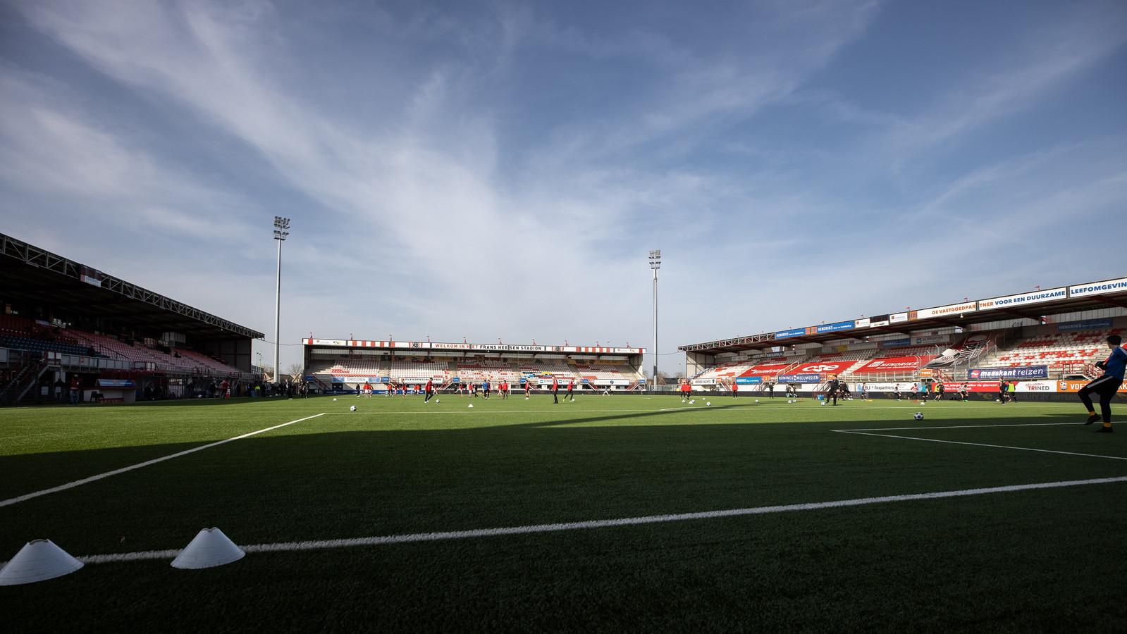 Een leeg Frans Heesen Stadion in Oss. Directeur Peter Bijvelds van TOP Oss zegt dat ook bij die club de achterban een belangrijk aandeel heeft in de financiële huishouding.