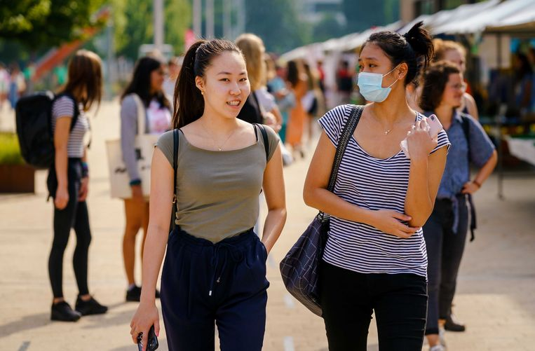 Studenten maken op een informatiemarkt tijdens de introductieweek kennis met de Erasmus Universiteit Rotterdam, augustus 2020. Beeld ANP