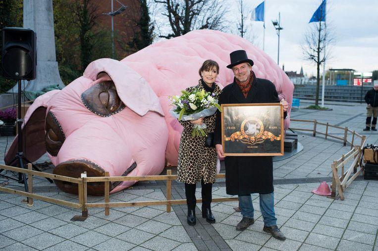Greet Rouffaer, hier samen met Peter De Ridder van vzw Kaaimannen, is meter van de installatie 'OinK'.