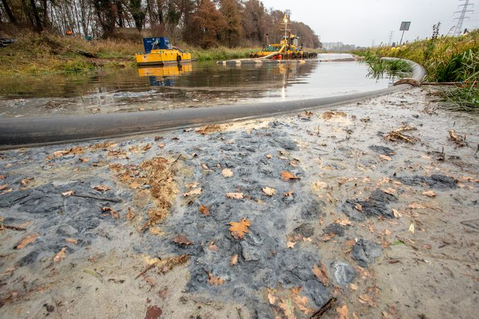 November 2018: Waterschap Rijn en IJssel heeft zijn handen vol aan het uitbaggeren van De Berkel, het vervuilde stuk na een breuk in een persleiding van Friesland Campina.De gehele operatie duurde bijna twee weken.