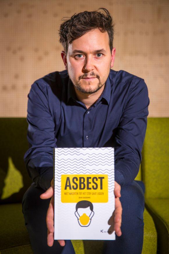 Advocaat Bram Vandromme uit Kortrijk benadrukt met zijn boek het belang van een kordate aanpak van het asbestprobleem in Vlaanderen.