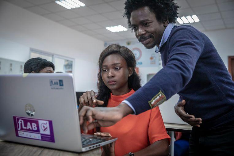 Studenten tijdens een cursus kunstmatige intelligentie in het Accra Digital Centre in september.  Beeld Sven Torfinn