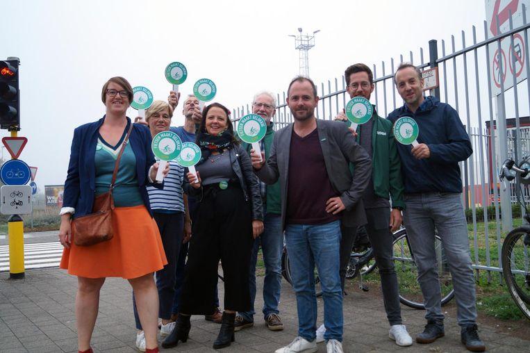 In heel Vlaanderen organiseerde Groen gisteren op gevaarlijke kruispunten een 'fietsescorte' door ouders en kinderen de weg te wijzen met groene signalisatieborden.