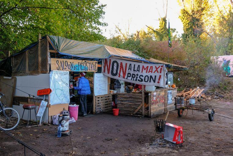 De bar en de keuken van het protestfestival, aan de rand van het terrein van de toekomstige megagevangenis.