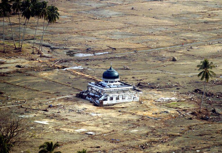 Deze moskee was het enige gebouw dat bij de tsunami in 2004 overeind bleef staan. De rest van het dorp in Atjeh werd volledig weggevaagd. Beeld ANP