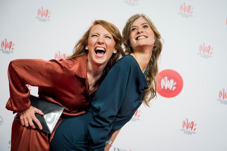 StuBru-uithangborden Linde Merckpoel en Eva De Roo bij de uitreiking van de muziekawards (MIA's). Beeld BELGA