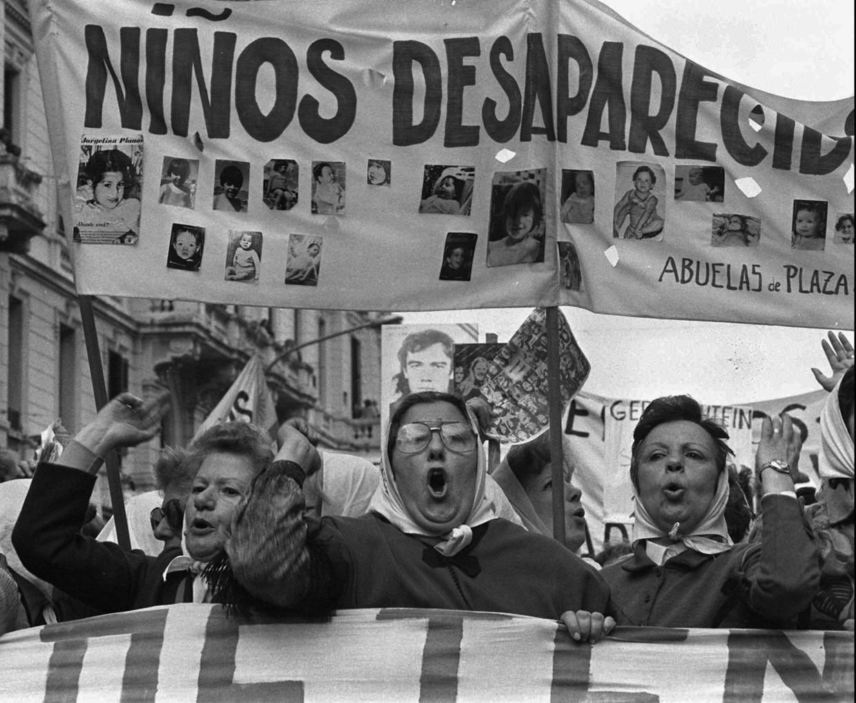 Protestmars van de 'Dwaze Moeders' op de Plaza de Mayo in Buenos Aires in 1979. Ze eisen opheldering over de verdwijning van duizenden kinderen. Beeld AP