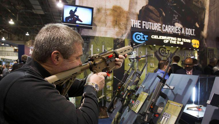 De stand van Colt op een wapenbeurs in Las Vegas. Foto uit 2013. Beeld REUTERS