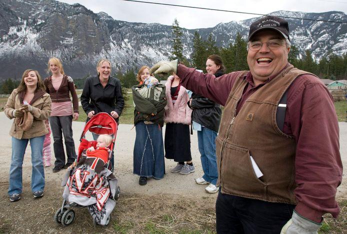 Winston Blackmore in 2008, met zes van zijn dochters.