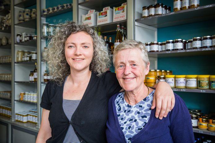 Christine De Roste en moeder Catherine Caesens in hun mosterdzaak.