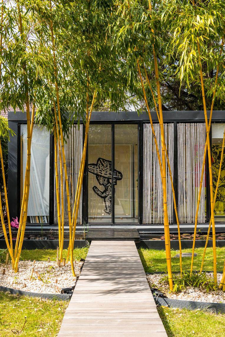 In het stuk tuin dat Pepermans kocht van een promotor, bouwde hij een paviljoen om zijn grote werken te tonen. Beeld Luc Roymans