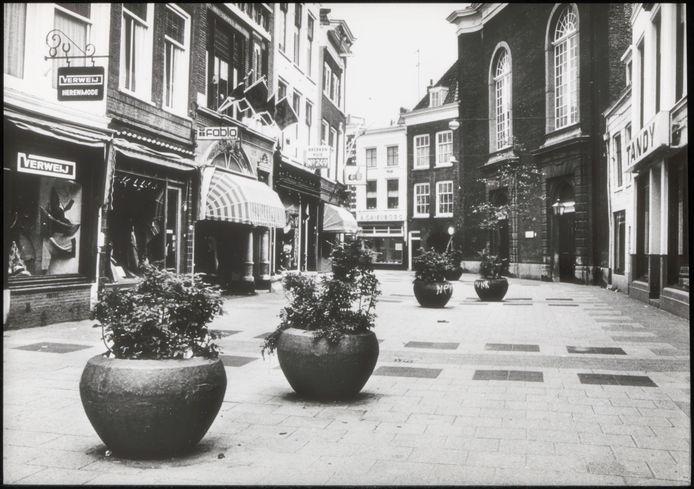 Bloembakken en voor die tijd fraai plaveisel om auto's uit de straat te houden: zo zag de eerste winkelwandelstraat er uit.