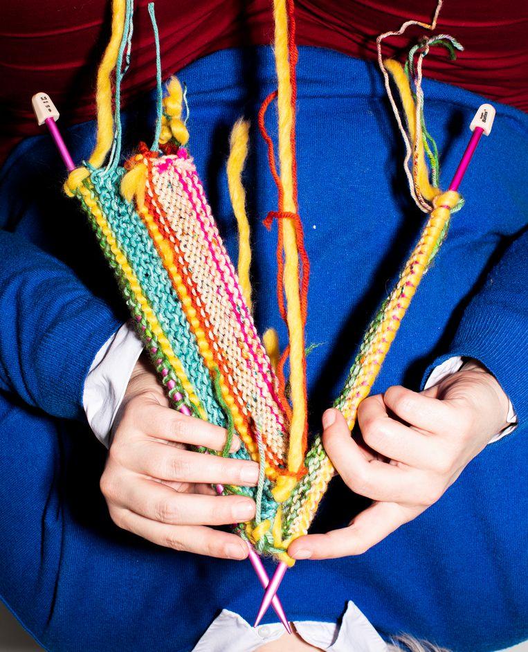 Volgens Loretta Napoleoni werkt niets zo helend als  breien.  Beeld Foto: Hilde Harshagen Breiwerk: Neel en Minne