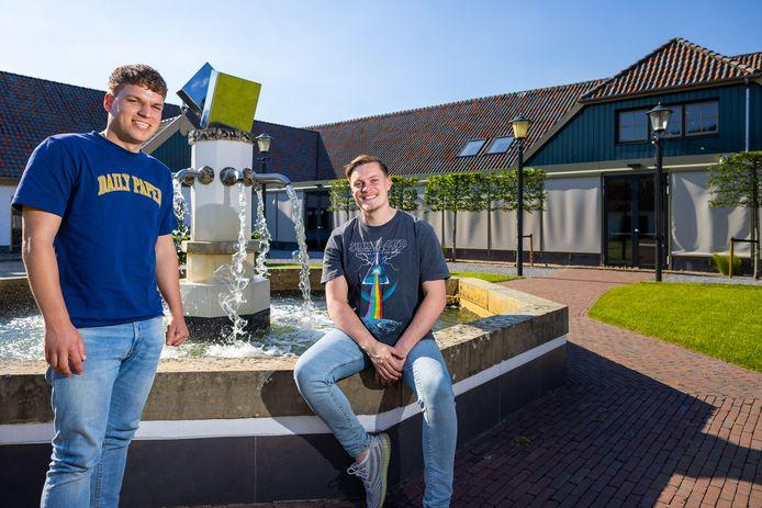 Niek Ottema (r) en Tom Verharen bij de fontein in de binnentuin van De Voorste Venne in Drunen