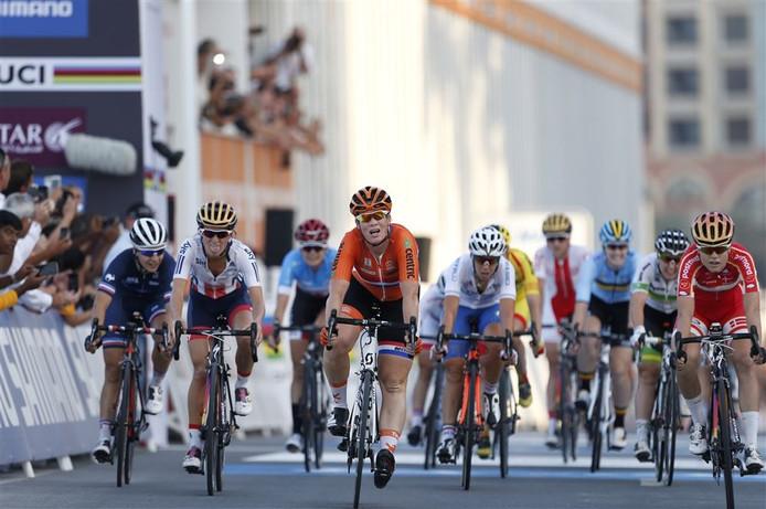 Kirsten Wild (M) en Amalie Dideriksen (L) uit Denemarken komen over de finish na de wegwedstrijd voor vrouwen tijdens het WK wielrennen in Qatar